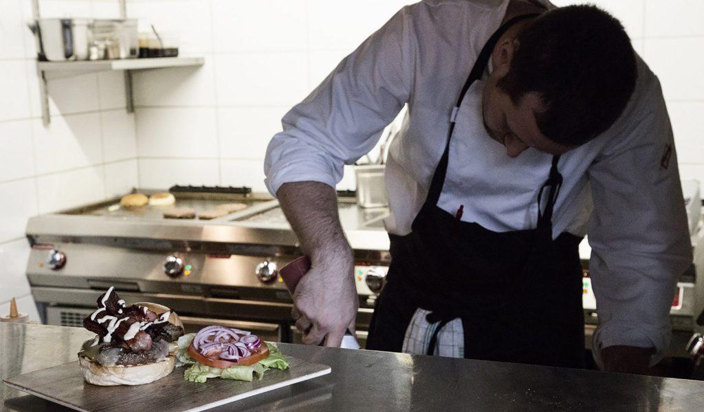 Kokk bruker storkjøkkenutstyr fra Foodtech