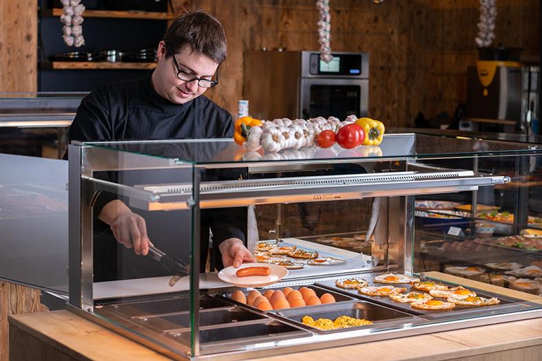 Fleksibel buffet som kan veksle mellom å servere varme og kalde retter.